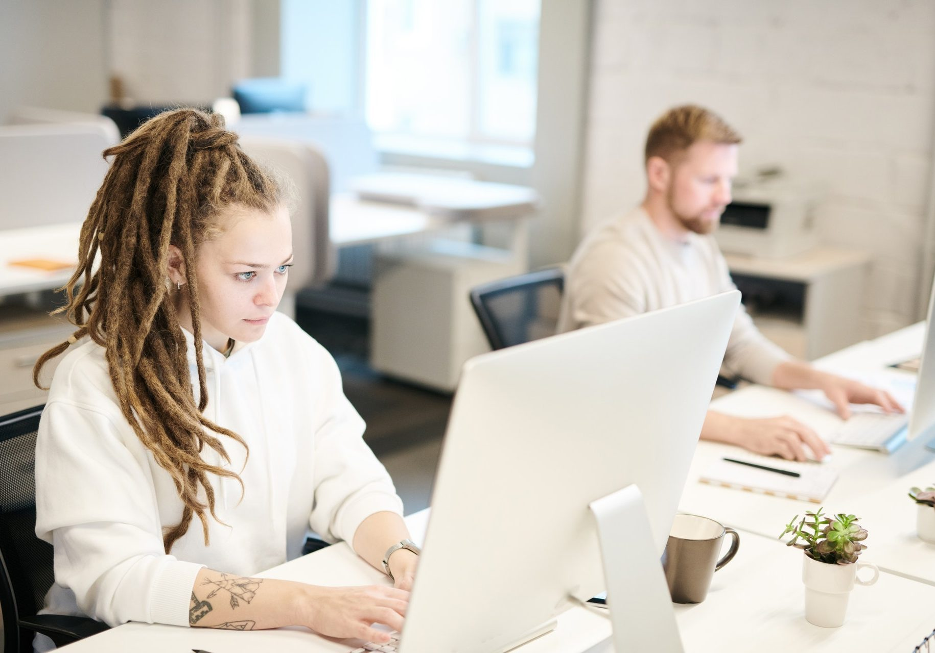 working-in-front-of-the-computer-3184355